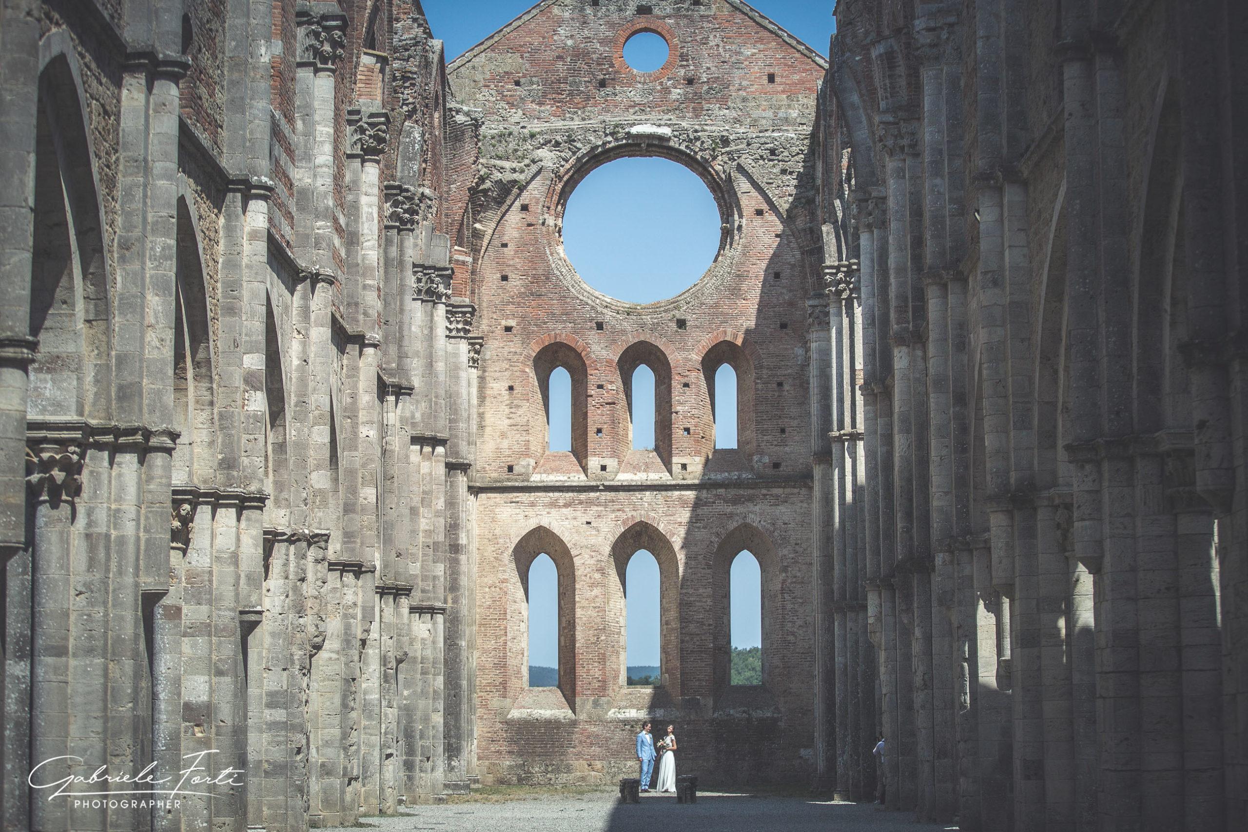 abbazia-san-galgano-tuscany-villa-podenovo-wedding-dress-foto-forti-gabriele-3